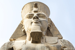 socha Ramesse II. v Luxoru