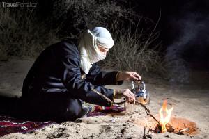 Tuareg připravuje čaj