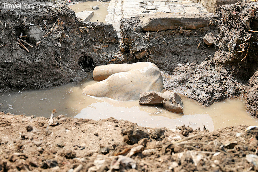 v káhirském slumu byla nalezena obří socha