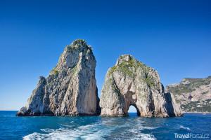 jeskyně Faraglioni na jihovýchodě Capri
