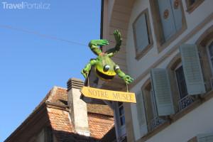 maketa žáby lákající veřejnost do muzea