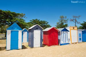 barevné plážové chatky v St. Denis