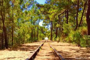 železnice vedoucí na pláž