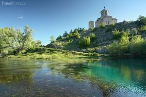 Břeh řeky Cetina Chorvatsko