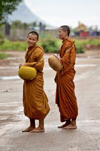 Mniši před Tygřím chrámem v Thajsku