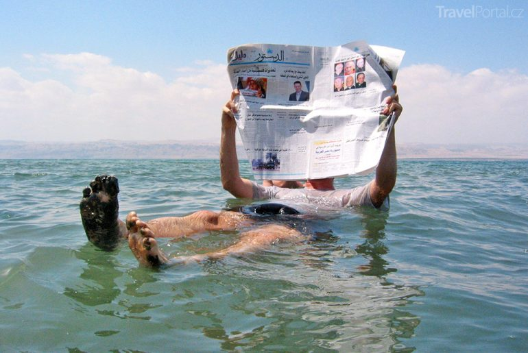 četba novin Mrtvé moře