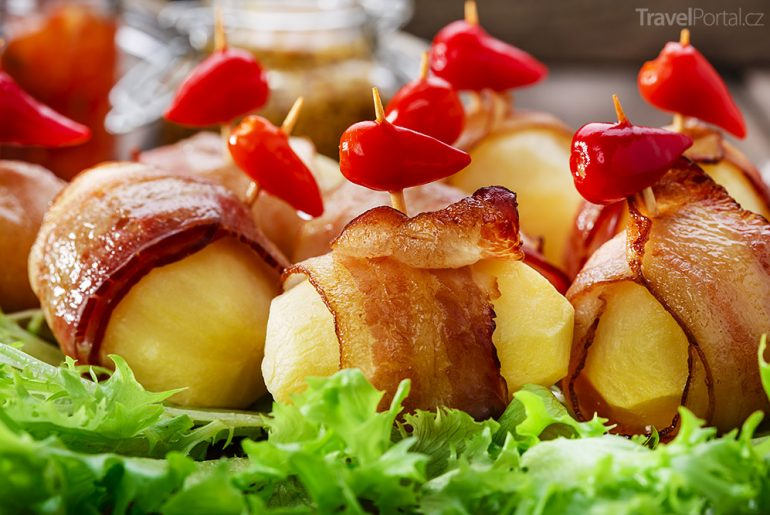 brambory pečené v bůčku Polsko