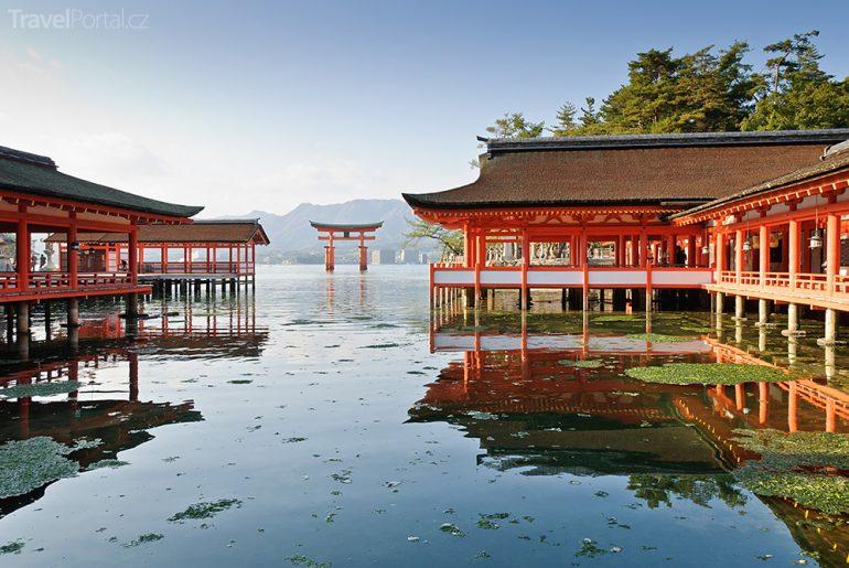 Svatyně Icukušima s bránou torii Japonsko