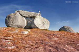 dům mezi balvany Portugalsko