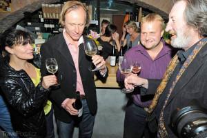 Karel Roden koštuje víno s kolegy