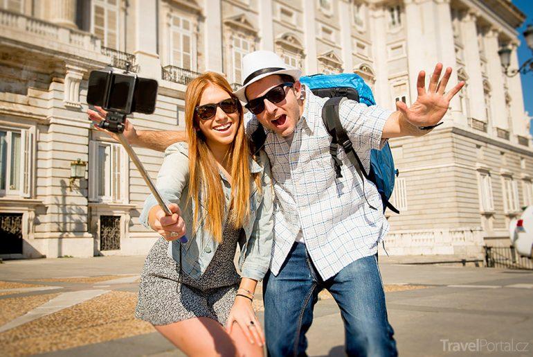 muzea zakazují selfie držáky