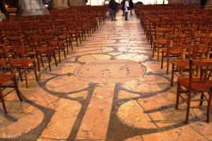 podlaha s labyrintem Chartres