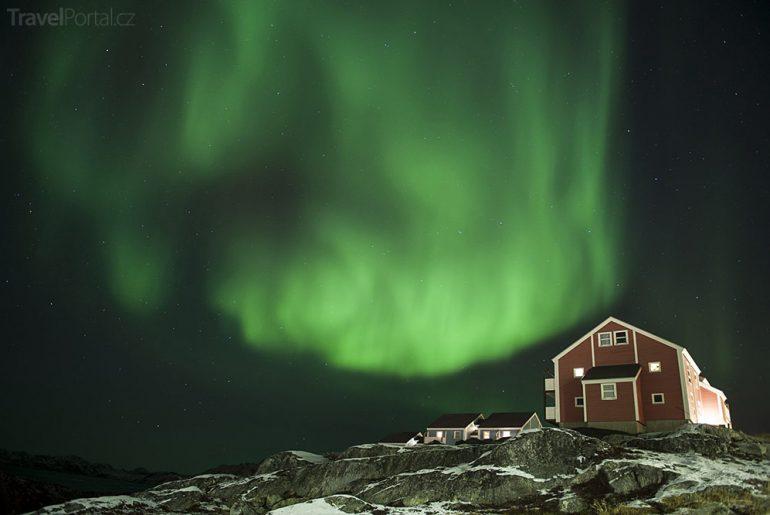 polární záře nad městem Nuuk