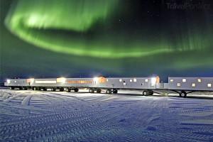 polární záře nad hotelem The Tundra Lodge Rolling v Manitobě
