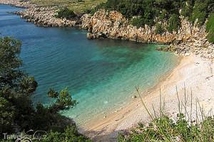 pobřeží ostrova Sazan