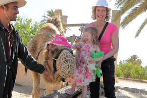 Kristina Kloubková s dcerou Jasmínkou a velbloudem v Tunisku