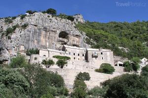 klášter Blaca na ostrově Brač