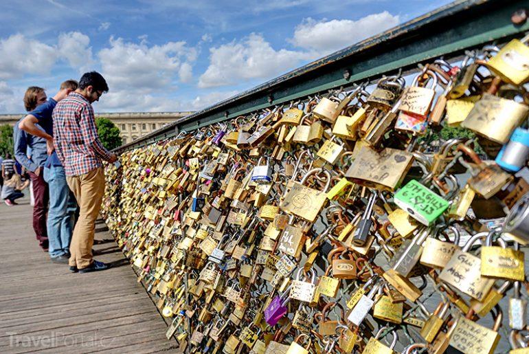 Zámečky lásky mají na Pont des Arts v Paříži utrum.