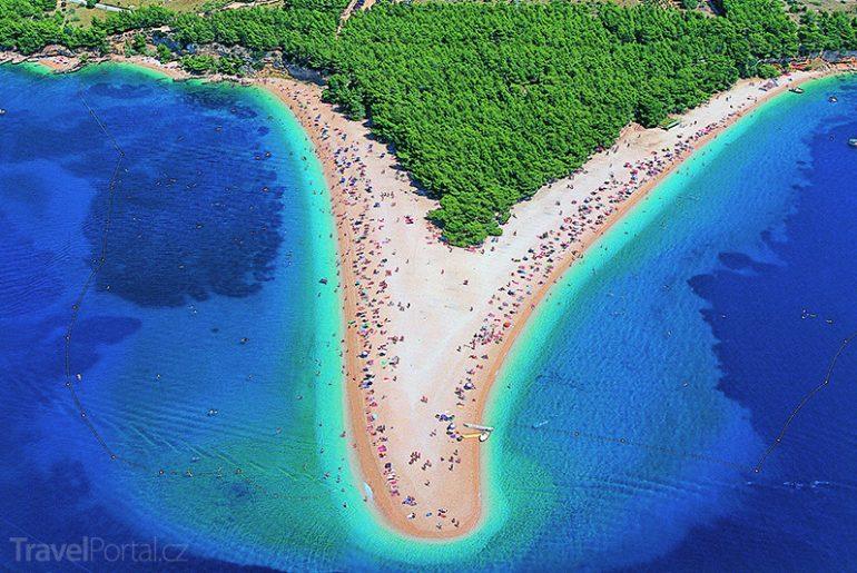 pláž Zlatni rat na ostrově Brač