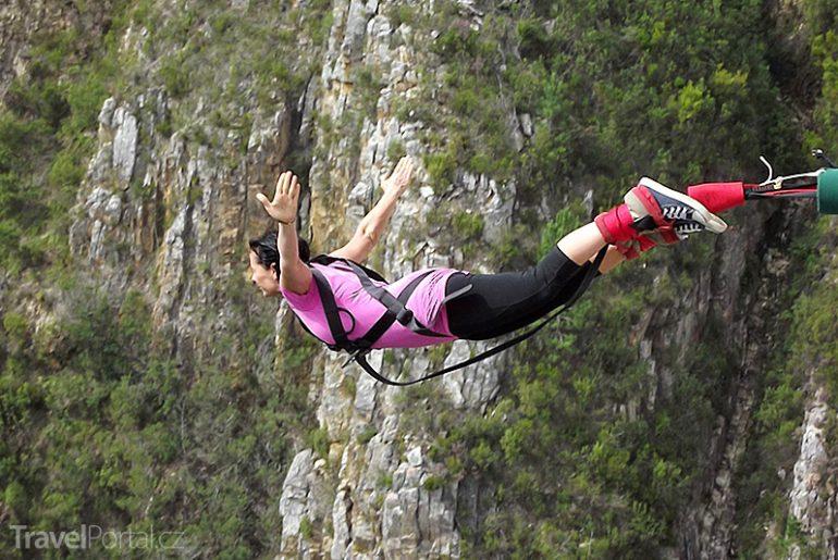 Markéta Schusterová skáče bungee jumping