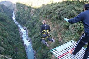 bungee jumping na mostě v Niouc