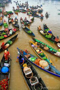 plovoucí tržiště na vodě v Banjarmasinu