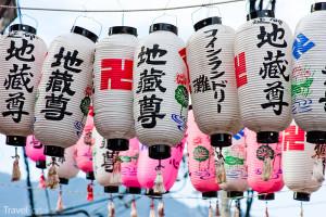 japonské papírové lucerny se svastikou