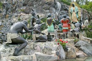 sochy na místě, kde rozkvetly růže