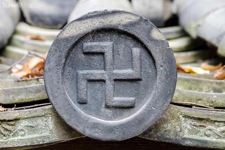 svastika na klášteře