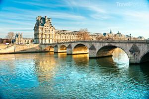 most Pont des Arts, řeka Seina a muzeum Louvre