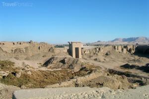 zbytky zdí v Dendeře