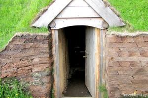 vchod do vikingského obydlí