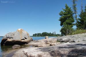 Lesní jezero neboli Lake of the Woods v létě