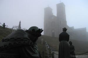 sochy před klášterem La Salette