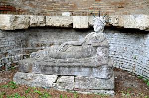 jedna ze soch ve městě Ostia Antica
