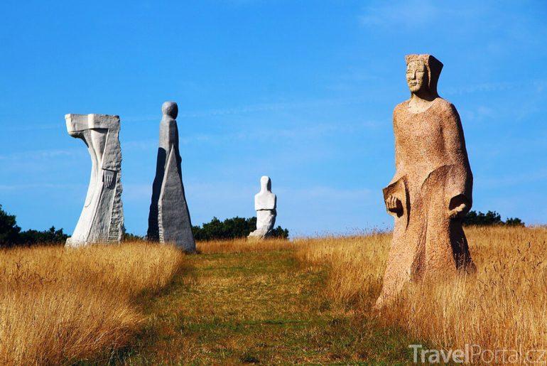 skulptury v bretaňském údolí