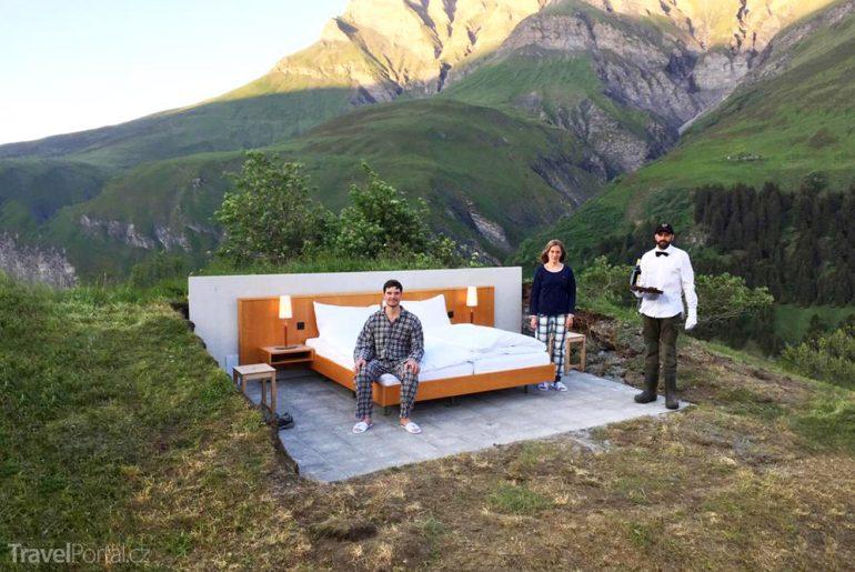 nocleh ve Švýcarských Alpách