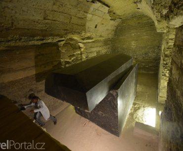 obří sarkofág