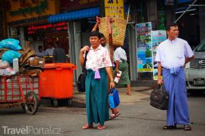 muž v barmské sukni