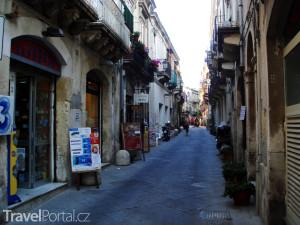 ulička ve městě Syrakusy