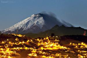 město Quito s vulkánem Cotopaxi v pozadí