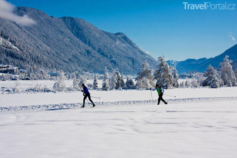 běžkaři na jezeře Weissensee