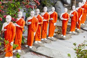 sochy mnichů ve městě Dambulla