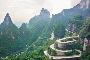 silnice směřující na vrchol hory Tianmen