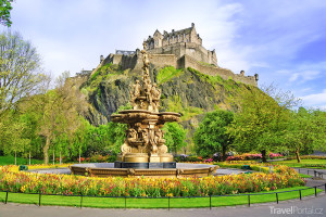 pohled na hrad směrem od fontány v Pinces Street Gardens
