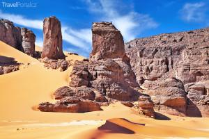písečné duny a skalní útvary na Sahaře