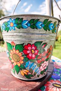 malovaný kovový kbelík