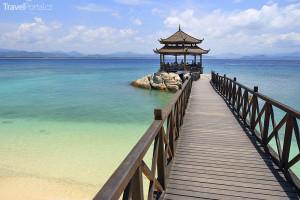 dřevěný pavilon na pláži ostrůvku Wuzhizhou