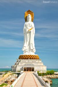 108 metrů vysoká buddhistická socha u města San-ja