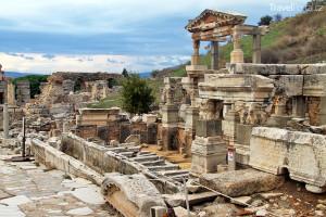 mramorová ulice a zříceniny chrámu
